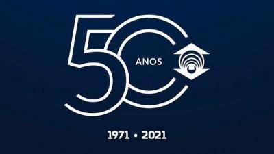 Design do selo comemorativo de 50 anos da Fundação Edson Queiroz criado pelo aluno Nicolas Nobre que venceu o desafio criativo.