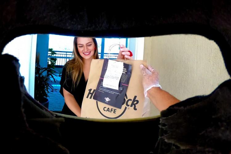 Fotografia vencedora captura uma cena que se tornou comum na pandemia: a entrega de produtos por delivery (Foto: Fabio Lima)